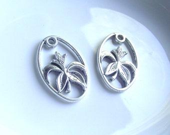 Silvertone flower pendants 2 piece set Component Destash
