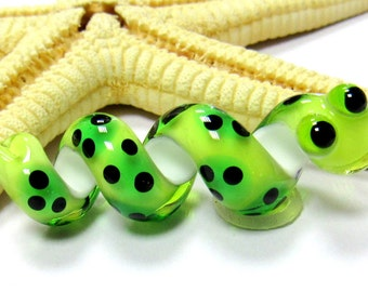 SMAUGGS handmade snake (1p, 35mm x 12mm), glass, green, black, hole 4mm