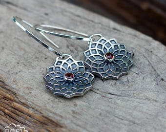 Mandala style sterling silver earrings with garnet - Focus -