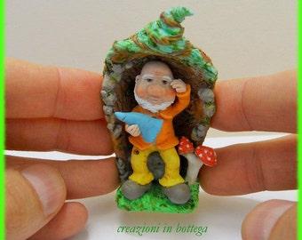 Gnome of the forest, dwarf in his trunk, gnome sculpture, Gnome del Bosco, gnomes figurines