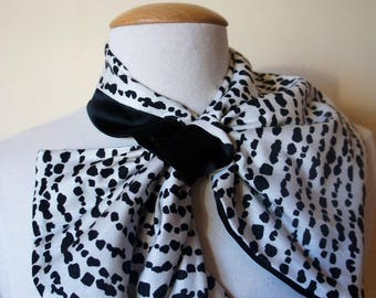 Convertible scarf elegant black and white cotton lined with black satin.