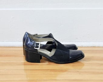 Size 7.5 Women / 90s Leather Closed Toe T-Straps in Navy