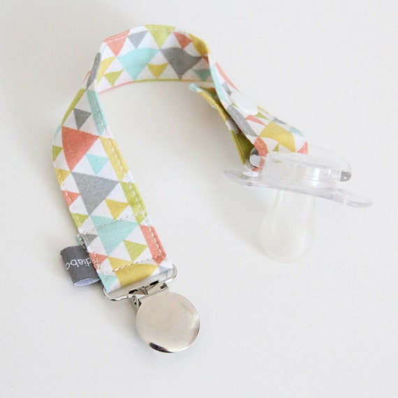Pacifier clip - snap - enamel clip - triangles - pastel - coral - yellow - cotton fabric - baby - baby boy - baby gift - baby shower - dummy