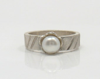 Single Flower - silver ring with white pearl in silver flower