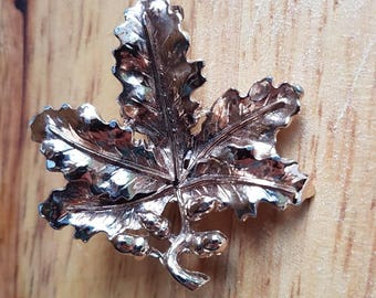 Vintage Exquisite oak and acorn 1960s gold metal leaf brooch with safety roller clasp