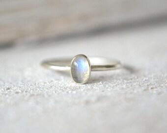 Oval Moonstone Ring- Rainbow Moonstone Ring, Natural Moonstone Ring, Dainty Oval Ring, Silver Oval Ring.Oval Moonstone Ring,Oval Ring Silver
