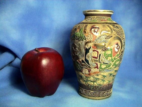 Antique Meiji Period Kinkozan Tsukuru Satsuma Moriage Vase