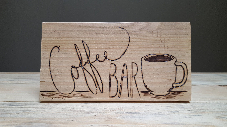 Café-Bar-Zeichen. Kaffee Zeichen auf altem Holz. Wall Mounted