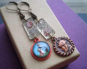 Boucles d'oreilles Vintage Intaglio - fille néerlandaise dépareillées verre fleur Dangles - mixte déclaration métal boucles d'oreilles boule Vintage bijoux cadeau