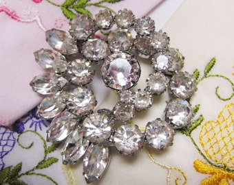 Vintage, Retro Beautiful Clear Rhinestone Brooch from Hollyhwood Regency Era !  with sweeping design.