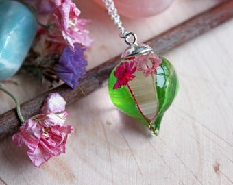 Romantic pendant in resin, pink flowers and bamboo leaves
