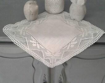 Petit napperon au crochet blanc
