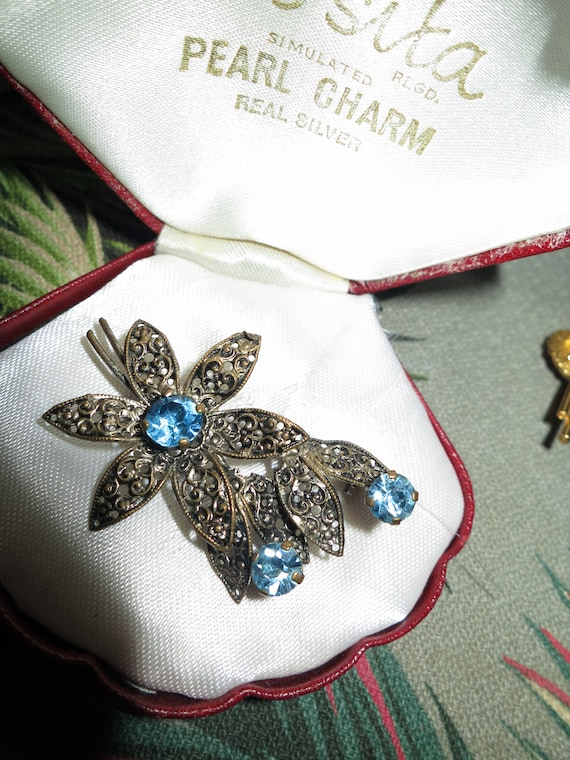 Lovely old vintage filigree faceted blue glass floral design  brooch