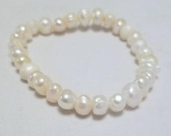 Pearl stretch cord bracelet