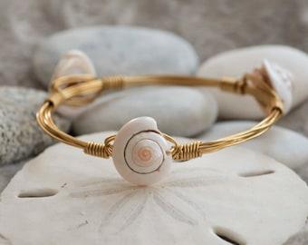 Gold bangle bracelets // Gold wire wrap bangles // Wire wrap bracelets // Sea shell bangles // Sea shell bracelet // Gold plated bangle