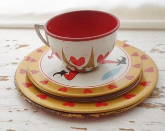 Vintage 1950s Queen Of Hearts Tin Litho Toy Dishes, 1 Tea Cup, 4 Saucers, 2 Plates, Retro, Toy Dishes, 50s, Toy, Play Dishes, Child Toy