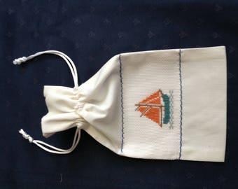 """Petit sac en tissu """"bateau"""" pour les marins en voyage."""