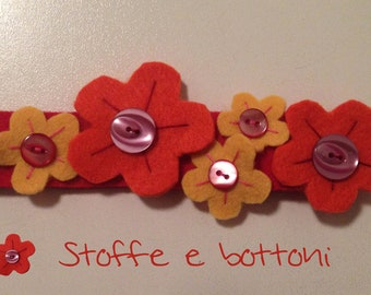 Floral bracelet in cloth, felt and buttons