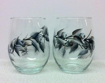 Black and White Rosebuds on Stemless Wine Glass (set of 2)