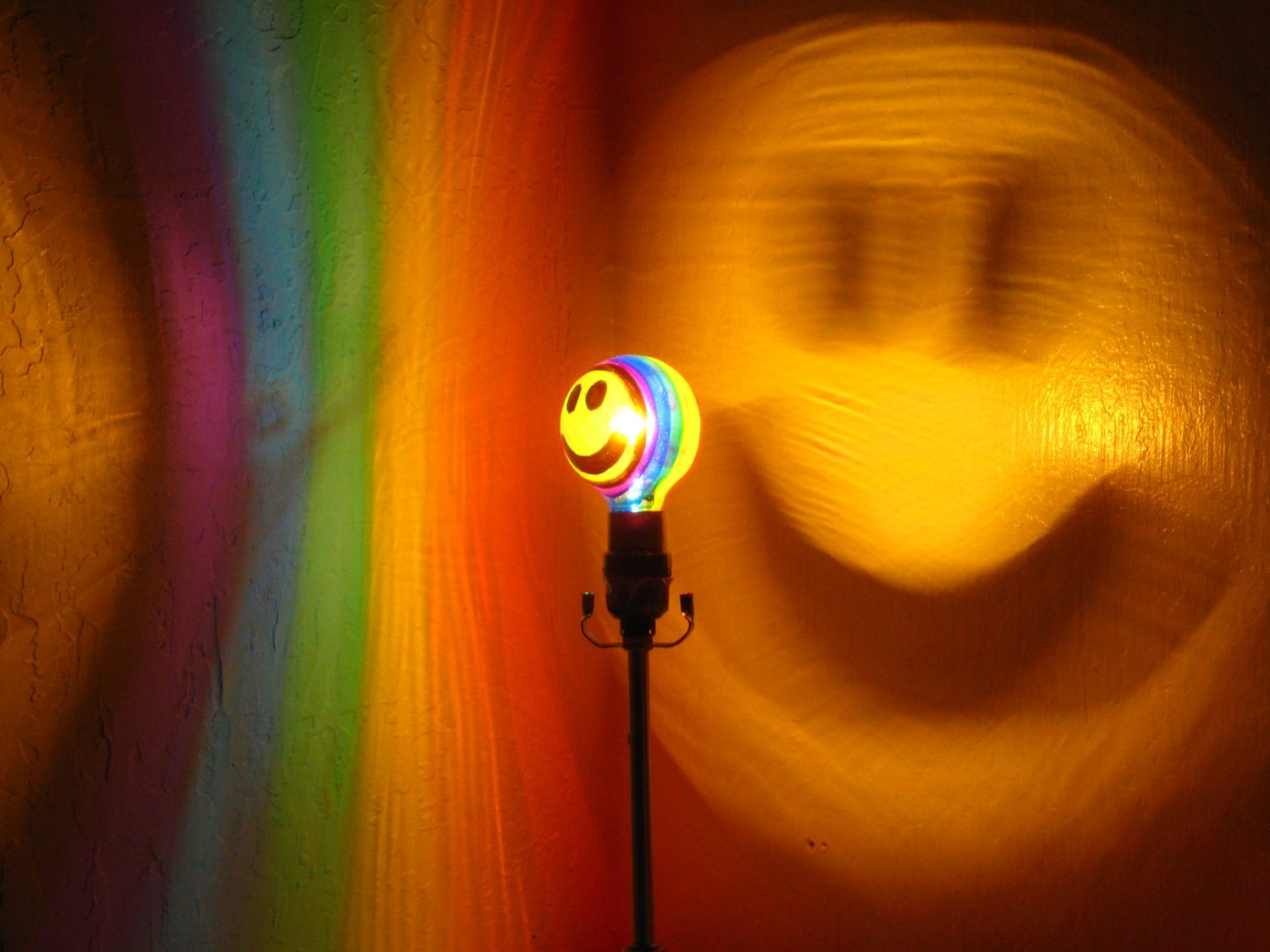 Rainbow Happy Smiley Face Painted Projection MoodLight for Painted Light Bulb Art  173lyp