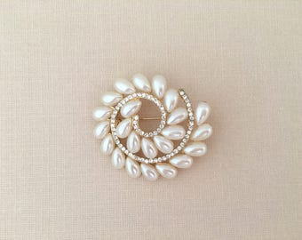 Pearl Gold Brooch.Gold Pearl Rhinestone Brooch.Crystal.wedding accessory.Bridal Brooch.Bride.Bridesmaid.broach.Pin.Vintage Style.ivory