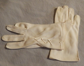 Adorable Vintage Gloves - White, Ladies' or Child's, Size Small