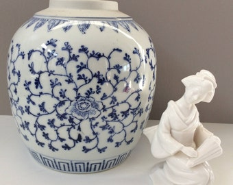 Chinese blue and white porcelain vase / Chinoiserie