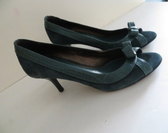 Womens 80s vintage shoes, pumps, heels, green leather suede, open toe, size 7 M