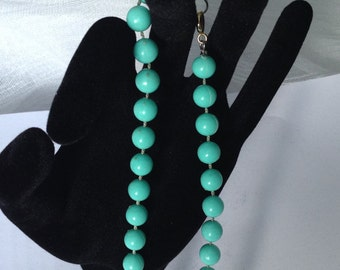 """Lustrous Vintage Bead Necklace/ choker in green from 1960s, elegant though casual at 18"""" (46.5cm) drop"""