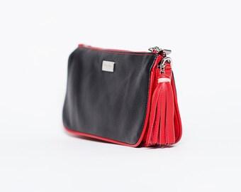 Sac à main pochette Cinta avec bandoulière amovible/ cuir pleine fleur noir et rouge/ pompon cuir rouge