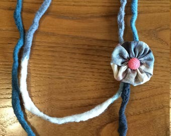 Boiled wool necklace with flower and Ribbon-button