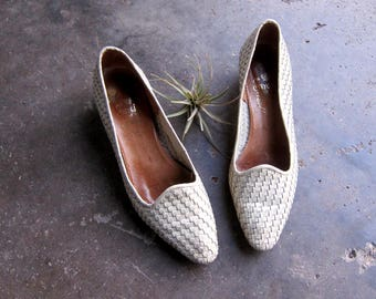 Off White Woven Leather Shoes Slip On Huarache Sandals 1990s Boho Braided Weave Pumps Italian Shoes Closed Toes Womens size 9 AA Narrow