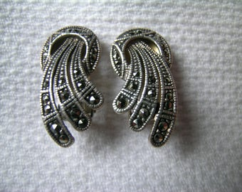 Elegant and unusual vintage 925 sterling silver and marcasite Art Deco style ring and plume design clip on earrings