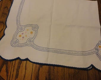 dresser scarf with daisies