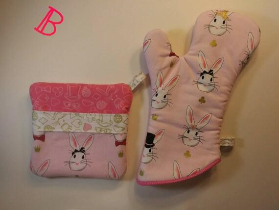 Weiße Kaninchen in rosa Ofen Mitt/heiße Pad Set
