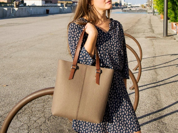 Felt TOTE BAG / leather straps / taupe / felt women's bag / 100% wool felt / made in Italy