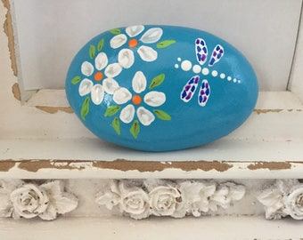 Dragonfly and Daisies Painted Rock, Mother's Day Gift, Easter gift, Teacher gift, Christmas gift, Daisies Painting, Dragonfly Painting