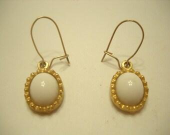 Vintage Dangle Pierced Earrings (5521) White cabochons