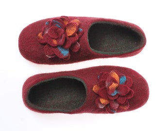 Wool shoes women- organic wool booties- warm winter wool clogs- wool felted slippers- womem's house shoes dark red green with flower