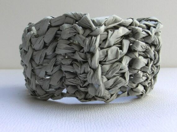 Armband aus grauem Papiergarn gehäkelt Häkelschmuck