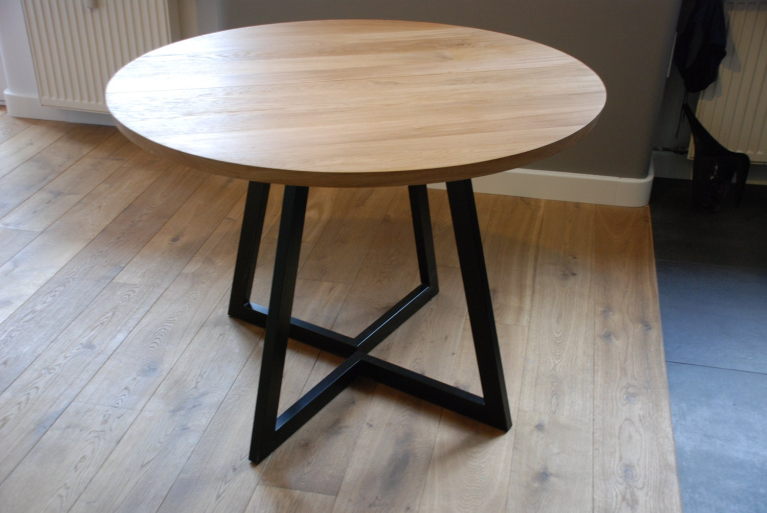 Extendable round table modern design steel and timber