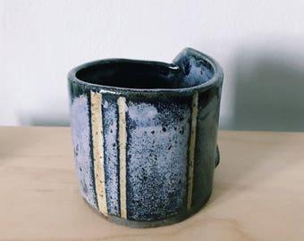 Peel back handle mug