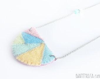Collar geométrico de fieltro en colores pastel