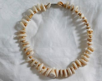 Shell and wooden bead necklace. Round necklace. Chocker necklace. Made by Félicie.