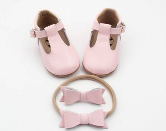 Baby leather shoes / Baby Mary Janes / baby moccasins / soft sole shoes / baby shoes / baby girl shoes / baby mocs / pink baby girl moccs