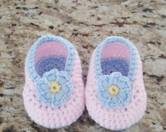 Adorable flower crochet baby booties