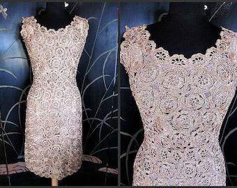 RAFFIA CROCHET Vintage 50s 1950s Wiggle Dress // fits M // blush golden nude beige