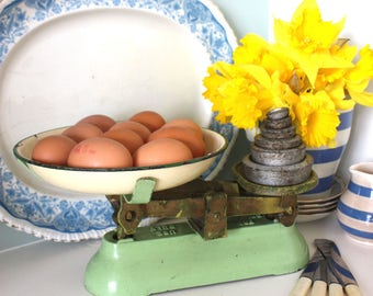 Vintage 30s 40s country cottage shabby chic rustic enamel kitchen scales enamelware