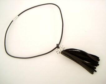 Noir cuir pompon collier 18 pouces charme court collier avec pompon de cuir amovible Couronne et à la main en perles caution