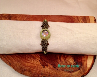 green macrame bracelet with bright glasnugget
